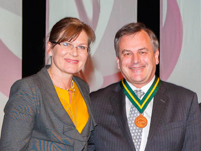 Dr Alex Zelinsky, after receiving the Pearcey Medal, with Senator Kate Lundy.