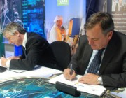 Chief Defence Scientist Alex Zelinsky and ANSTO CEO Adi Paterson (left) sign an agreement of cooperation