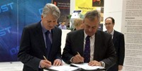 Ben Norris, CEO of Daronmont Technologies and Chief Defence Scientist Dr Alex Zelinsky sign collaboration agreement.